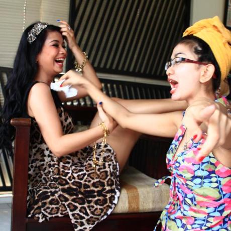 Gina Youbi Dua Racun Mengobati Mata dan Telinga