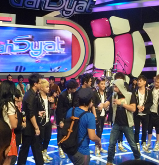 Han Geng (Ex. Super Junior) & S9B Satu Panggung Di Dahsyat RCTI