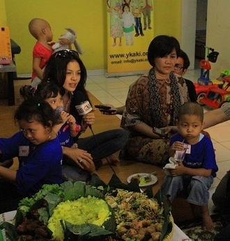 Nikita Mirzani Ultah ke 26 di Yayasan Anak Kanker