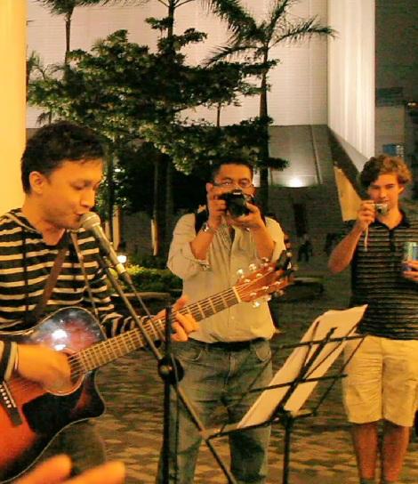 Abo Asbak Band Hibur Puluhan Anak Muda Belanda di Hongkong