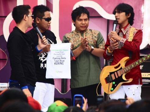 Wali Band Sebarkan Kantong Amal