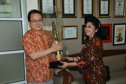 CEO Nagaswara & Cinderamata dari Ibu Panglima TNI