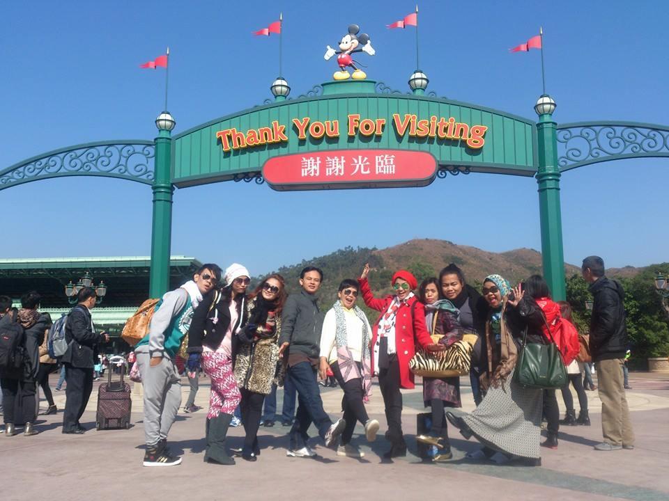 Siti Badriah dan Fitri Carlina ke Hong Kong Disneyland