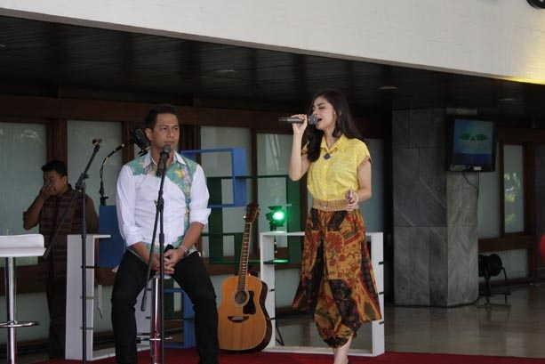 Delon & Tiwi Sakuramoto Nyanyi di DPR