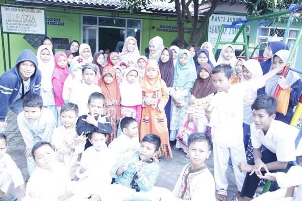Neng Oshin Bisa Jadi Kakak Untuk Anak Yatim Piatu